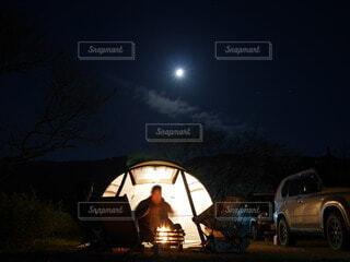 光る月とテントと人の写真・画像素材[4835821]