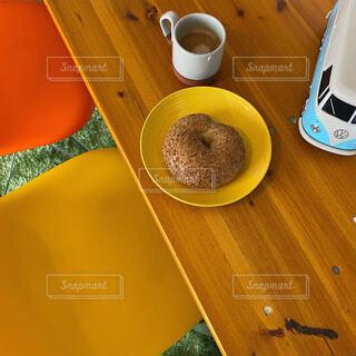 木製のテーブルの上に座っているコーヒーを一杯の写真・画像素材[4771154]