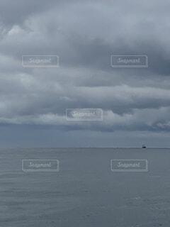 水の体の上の空の雲のグループの写真・画像素材[4794046]
