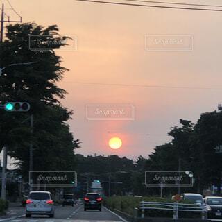 空,夕日,屋外,雲,夕焼け,夕暮れ,車,道路,夕方,樹木,道,明るい,交通,車両,テキスト,街路灯,陸上車両