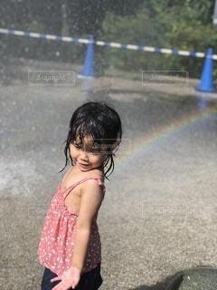 子ども,夏,屋外,水,虹,女の子,楽しい,人物,人,地面,幼児,水遊び,若い,少し,人間の顔