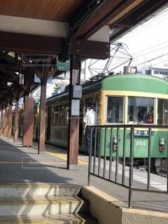 建物,乗り物,屋外,緑,駅,電車,路面電車,江ノ電,トラム,車両,プラットフォーム,陸上車両