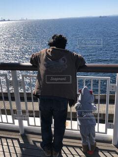 家族,風景,海,空,屋外,後ろ姿,船,水面,人物,人,桟橋,眺め,お出かけ,いい天気,探す