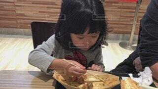 子ども,家族,食べ物,風景,食事,屋内,女の子,フード,テーブル,人物,人,座る,幼児,外食,美味しい,たこ焼き,娘,飲食,3歳,人間の顔
