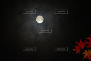 自然,風景,空,秋,紅葉,夜空,赤,雲,黒,黄色,もみじ,オレンジ,見上げる,月,神秘的,満月,月夜,月明かり,朧月,コピースペース,十五夜,中秋,人物なし,お月見,横位置