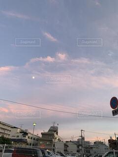 夕暮れの月の写真・画像素材[4678730]