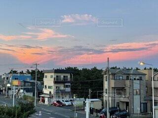 空,建物,屋外,雲,夕焼け,夕暮れ,都会,通り,ピンク色,夏空