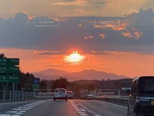 風景,空,屋外,雲,夕暮れ,車,道路,山,都会,道,日の出,車両,テキスト,陸上車両