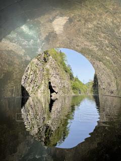 水の体に架かる橋の写真・画像素材[4678389]