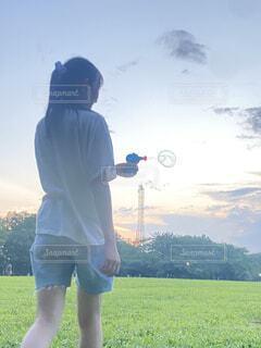 風景,空,屋外,雲,草,シャボン玉,人物,人,立つ,バブル