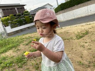 子ども,風景,アクセサリー,屋外,帽子,草,人物,人,赤ちゃん,食べる,地面,幼児,少年,若い,少し,人間の顔,日よけ帽