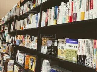 本でいっぱいの本棚の写真・画像素材[4883521]