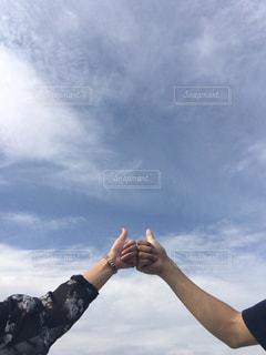 海,空,秋,屋外,雲,山,二人,ハンドサイン,ジェスチャー