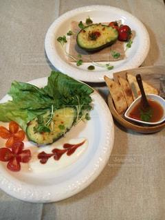 テーブルの上に食べ物のプレートの写真・画像素材[771826]