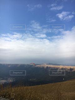 背景の山のフィールド - No.851016