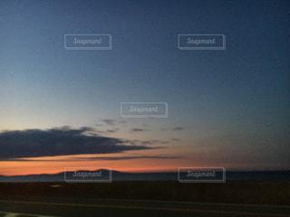 水の体に沈む夕日の写真・画像素材[957775]