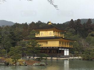 バック グラウンドで金閣寺を背景に建物と水の大きな体の写真・画像素材[1195266]