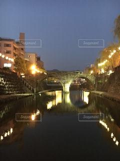バック グラウンドで市と水の体の上の橋の写真・画像素材[1195700]