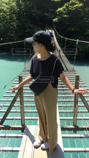水のプールに立っている女性の写真・画像素材[1329476]