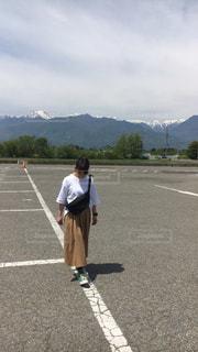 駐車場に立っている人の写真・画像素材[1329478]