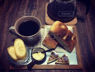 テーブルの上のコーヒー カップの写真・画像素材[1853175]