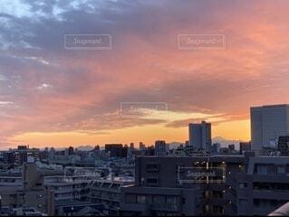 日没時の都会の眺めの写真・画像素材[4686563]