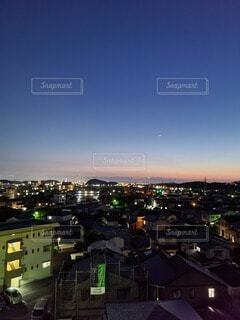 日没直後の夜空と街のシルエットの写真・画像素材[4689361]