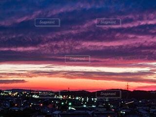 オレンジと紫の夕空の写真・画像素材[4689363]