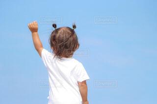 風を感じる1歳児の写真・画像素材[4757329]