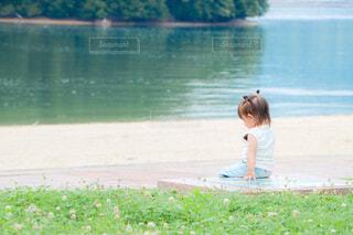 なんだか黄昏てる1歳児の写真・画像素材[4757331]