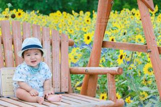 笑顔めブランコに乗る男の子の写真・画像素材[4761095]