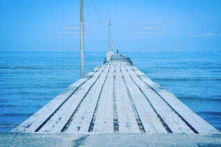 海の中に続く橋の写真・画像素材[4855656]