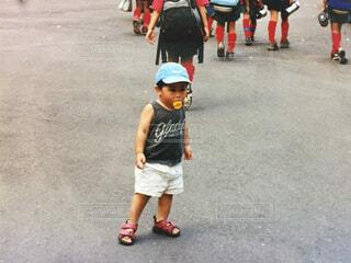 アイスのコーンを咥えた男の子 フイルム写真の写真・画像素材[4714757]