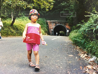 アイスのコーンをくわえた女の子 フィルム写真の写真・画像素材[4745847]