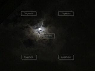 曇り空の月夜の写真・画像素材[4762712]