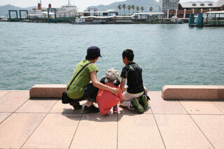 長崎旅行 海を眺める3姉兄妹の写真・画像素材[4762749]