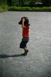 前見えてる? ママの帽子を被った男の子の写真・画像素材[4826932]
