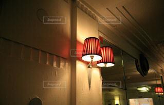オレンジのランプシェードの写真・画像素材[4827030]
