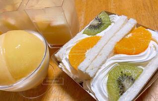 たまの贅沢デザート フルーツサンドと桃ゼリーの写真・画像素材[4827081]