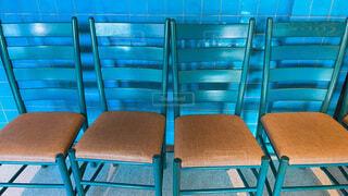 水色の壁と水色の椅子の写真・画像素材[4838884]