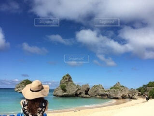 海と麦わら帽子の写真・画像素材[4693419]