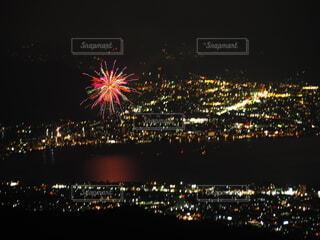 街に浮かぶ花火の写真・画像素材[4693733]
