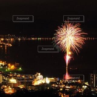 湖に浮かぶ花火の写真・画像素材[4693762]
