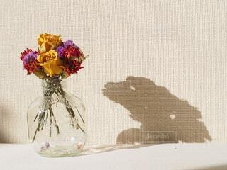 テーブルの上に花の花瓶の写真・画像素材[4694080]