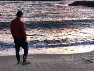 ビーチを歩く男性の写真・画像素材[4694237]
