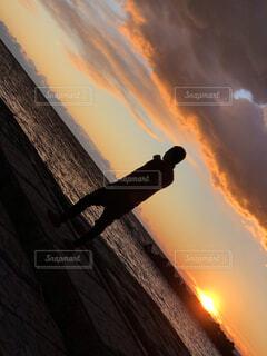 背景に夕陽があるの写真・画像素材[4694238]