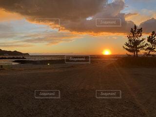 日没時の空の雲の群れの写真・画像素材[4694239]