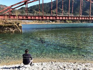川辺に座る人の写真・画像素材[4694246]