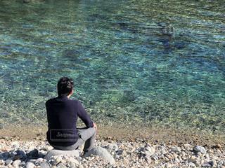 川辺に座る人の写真・画像素材[4694248]