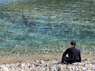 川辺に座る人の写真・画像素材[4694250]